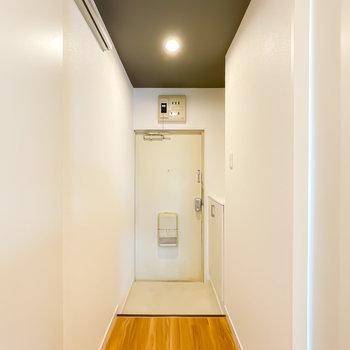 玄関もダウンライトで明るいから、入ったときの印象も明るいんです。
