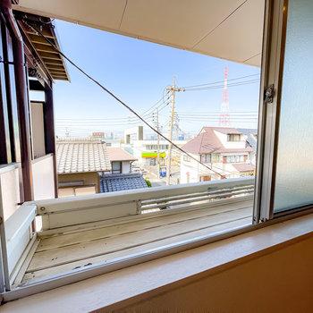 廊下側の洋室の窓にはプランタースタンドが。植物を育てながら、目隠しとしても使えますね。