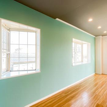 格子状の出窓と水色の組み合わせが北欧の空間を彷彿とさせますね。