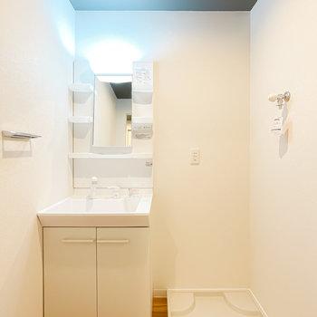 脱衣所に入ると、これまた新品の洗面台がお出迎え。