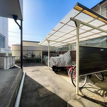 敷地奥には屋根付きの駐輪場も備えられています。