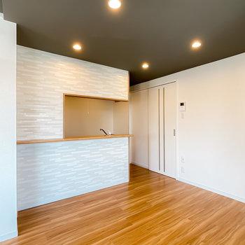 LDKの奥には対面式のキッチン。生活感が出にくく、会話もしやすいのが嬉しいポイント!