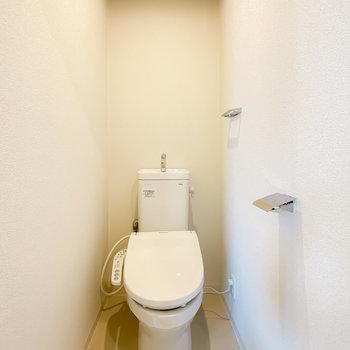 トイレも清潔な空間になっています。ウォシュレット付きなのが嬉しいですね〜。