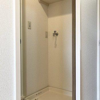 洗濯機置き場上には棚がついています。