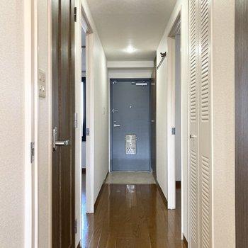 続いて玄関側にある2つのお部屋を見ていきましょう。