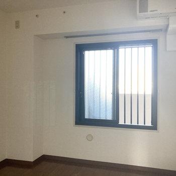【洋室6.2帖】こちらの窓も北側の共用部に面しています。