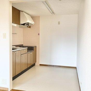 【LDK11.6帖】背面に冷蔵庫や食器棚が置けるゆとりのあるキッチン。