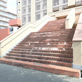 共用部】そしてこれ!重厚な階段!!