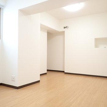 洋室は、梁や壁が凸凹していて複雑な形をしています。奥には、