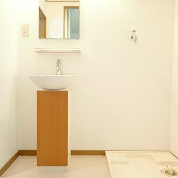 洗面台は小ぶりでかわいらしいです。洗濯機はおとなりに。