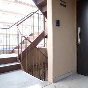 共用部】お部屋は2階。すぐそばは階段なのでけっこう便利。