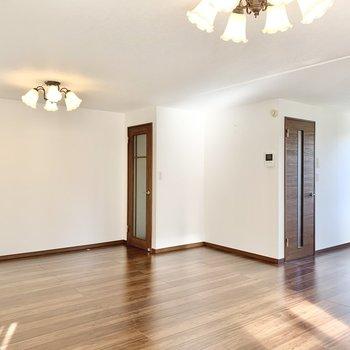【LDK】2つのドアはどちらも廊下に繋がっています。※照明・カーテンは残置物です