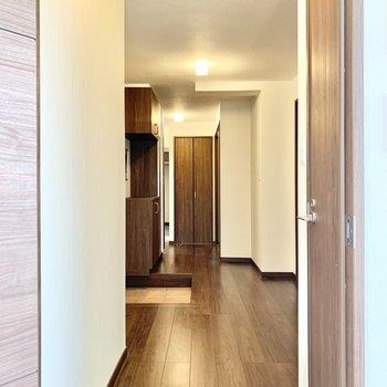 手前右側のドアはトイレです。