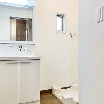 独立洗面台の横に洗濯機が設置できます。