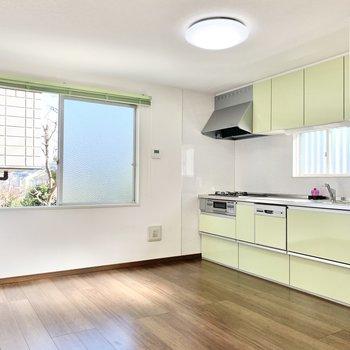 【LDK】上下に収納付きのキッチンです。