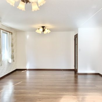 【LDK】ソファやローテーブルなどを置いてくださいね。※照明・カーテンは残置物です