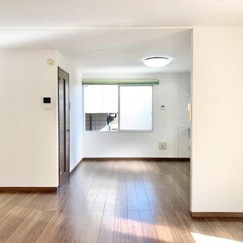 【LDK】奥はキッチンスペースです。※照明・カーテンは残置物です