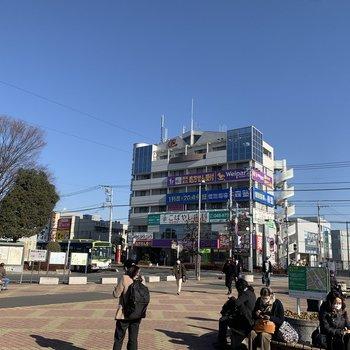 駅前には飲食店やコンビニがありました。