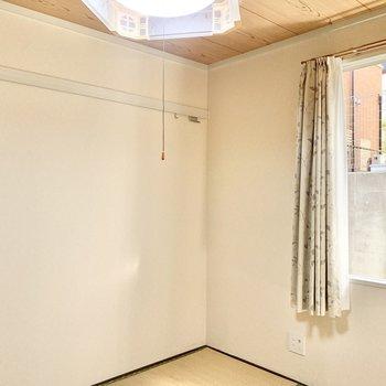 【和室】壁にはフックが付いています。インテリア雑貨を飾りたいですね。※照明・カーテンは残置物です