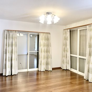 各部屋の窓に雨戸やシャッターが付いています。※照明・カーテンは残置物です