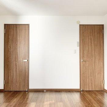 【洋室7帖】ダブルベッドを置いても余裕があります。