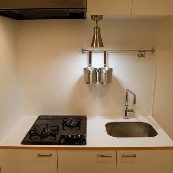 TOMOSオリジナルのホワイトのキッチン。右側には冷蔵庫を置くことができます。