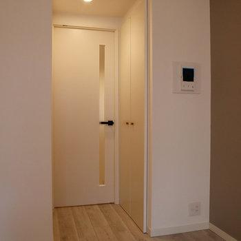 扉近くに、クローゼットやモニターホンが付いています。