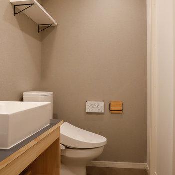 奥にトイレがあります。温水洗浄便座付きです。