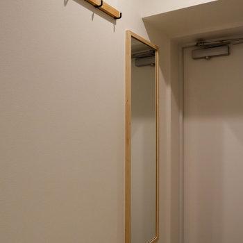 玄関へ。サイドに鏡やフックが付いています。
