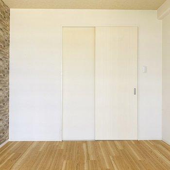 壁や床のそれぞれの柄が素敵にミックスされていますね。