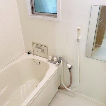バスルームは窓付なので換気もできますよ。