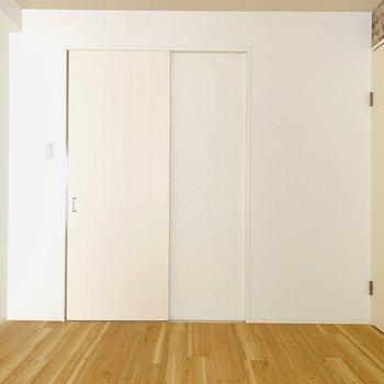 収納の扉は引き戸なので、余分なスペースを取りませんね。