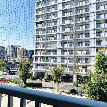 眺望は集合住宅内にある公園と、その奥には別棟が見えます。