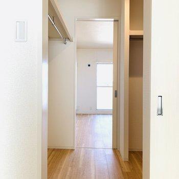 収納は先ほどと同様。向こう側はDK横の洋室へ繋がります。