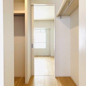 収納はウォークイン。向こう側はもう1つの洋室と繋がっています。