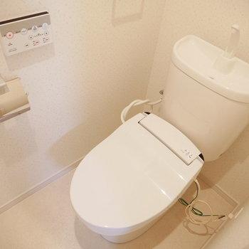 トイレはウォシュレット付きです(※写真と文章は10階反転似た間取り別部屋のものです)