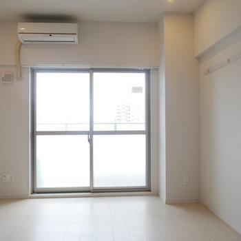 明るい内装のお部屋(※写真と文章は10階反転似た間取り別部屋のものです)