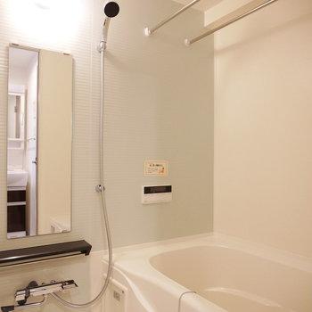 浴室乾燥機付き(※実際の化粧パネルの色はダークブラウンです)(※写真と文章は10階反転似た間取り別部屋のものです)