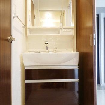 洗面台が大きくて、朝の支度もラクラク(※写真と文章は10階反転似た間取り別部屋のものです)