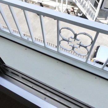 窓の外には小さなものであれば置いておけそうです。※写真は2階の同間取り、別部屋のもの