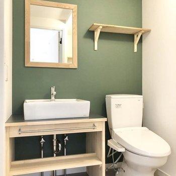 【イメージ】洗面台のクロスもグリーンでシックに!※実際にはトイレは別室となります