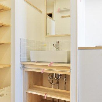 キッチンの横に洗面台。タイルが可愛らしいですね。※写真は2階の同間取り、別部屋のもの