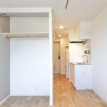 クローゼットはオープンですが、カーテンを設置することもできます。※写真は2階の同間取り、別部屋のもの。アクセントクロスはグリーンとなります