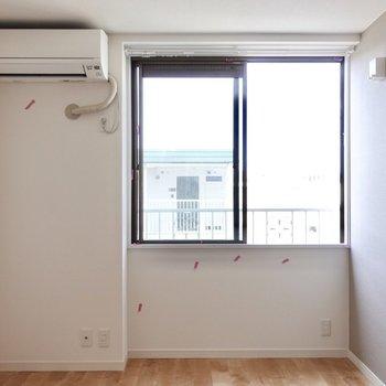 テレビを左側、ベッドを右側に置くと良さそう※写真は2階の同間取り、別部屋のもの。アクセントクロスはグリーンとなります