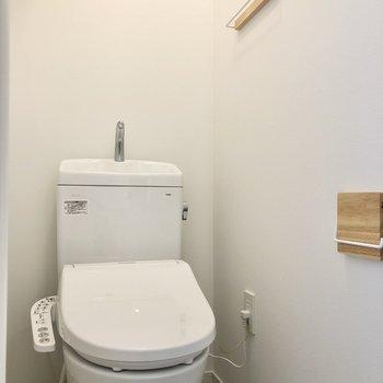 居室寄りの扉はトイレにつながります。ウォシュレット付きが嬉しい。