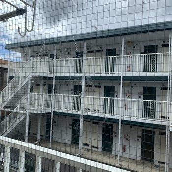 景観は目の前のマンションですが距離も空いています※写真は1階の同間取り、似た部屋のもの