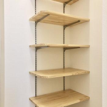 高さ調節可能な棚です。シューズラックとして使うのも良さそう。