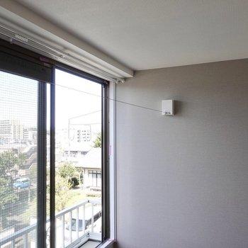 ワイヤーを使って、室内干しも可能です。※写真は2階の同間取り、別部屋のもの。アクセントクロスはグリーンとなります