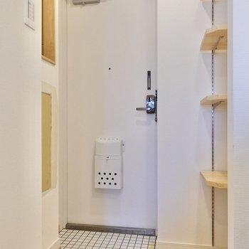 可動棚はシューズラックとして使うこともできますね。※写真は2階の同間取り、別部屋のもの。アクセントクロスはグリーンとなります