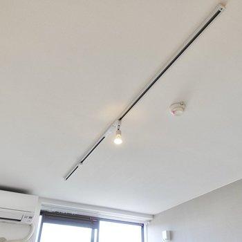 天井にはライティングレールが設置されています。※写真は2階の同間取り、別部屋のもの。アクセントクロスはグリーンとなります